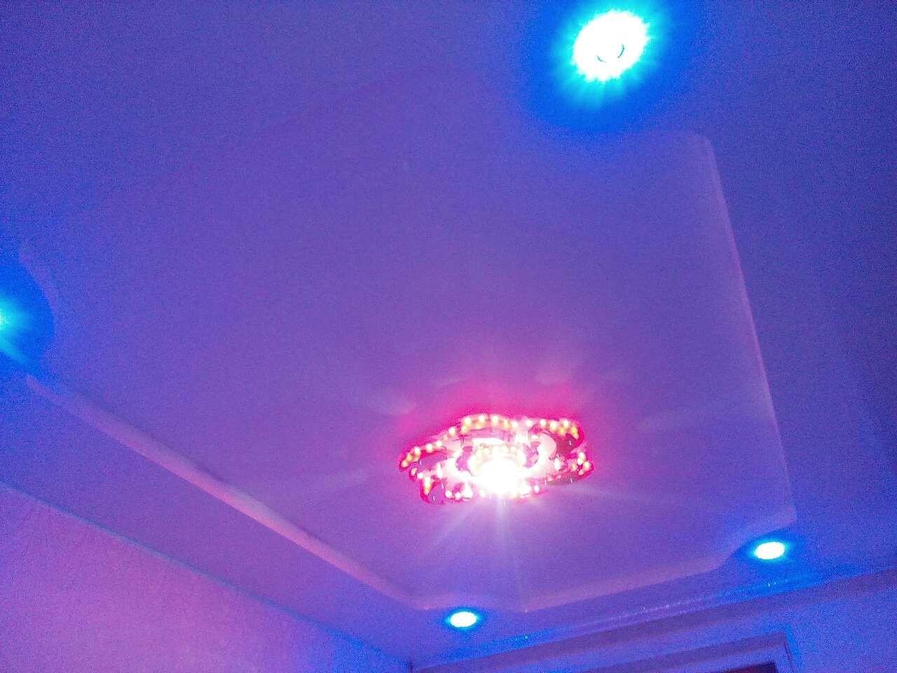 Натяжной потолок для гостиной в романтическом стиле